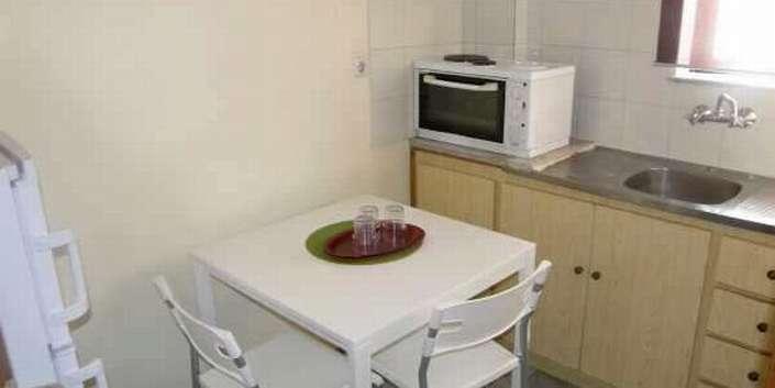 Δωμάτια πλήρως εξοπλισμένα και με κουζίνα για να μπορείτε να ετοιμάζετε τα γεύματα σας. Έτσι οι διακοπές γίνονται ακόμα πιο οικονομικές. Επιλέξτε ανάμεσα σε Studios με 1 Δωμάτιο ή Δίχωρο Studios .